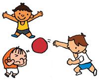 友達とドッジボールをしている男の子