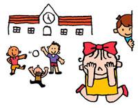 学校の校庭で友達とかくれんぼをしている子供たち