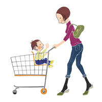 ショッピングカートを押す母と子供(息子)