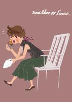 ケーキを椅子に座って食べる女性