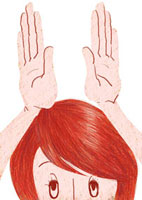 手で兎の耳をつくる女性のアップ