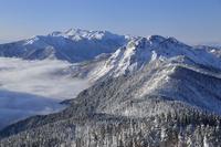 冬の北アルプス西穂高岳から望む乗鞍岳と焼岳、そして雲海 02510001081| 写真素材・ストックフォト・画像・イラスト素材|アマナイメージズ