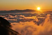 乗鞍岳から望む雲海と夕日、遠くに白山