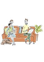 ソファに座るカップルと犬 02514000161| 写真素材・ストックフォト・画像・イラスト素材|アマナイメージズ