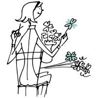 花瓶に花を挿す女性