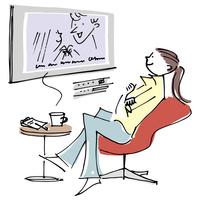 大画面TVを見る女性