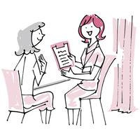 女医の説明を聞く女性