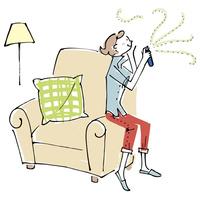 部屋でアロマスプレーを使う女性 02514000434| 写真素材・ストックフォト・画像・イラスト素材|アマナイメージズ
