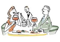 レストランでワインと食事を楽しむシニアカップル