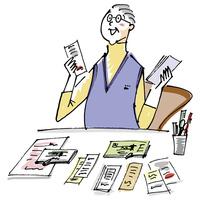 デスクで書類を整理するシニア男性