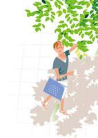 真夏の歩道の木陰とまぶしく空を見上げる女性