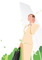 新緑の空に立ち携帯で話すビジネス女性 02526000032| 写真素材・ストックフォト・画像・イラスト素材|アマナイメージズ