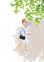 真夏の歩道の木陰とまぶしく空を見上げるキャリアウーマン