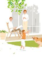 緑の芝の庭で犬と遊ぶ女の子を見守る父と母 02526000214| 写真素材・ストックフォト・画像・イラスト素材|アマナイメージズ