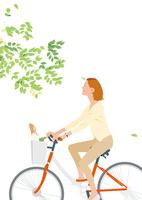 新緑を自転車で走る女性