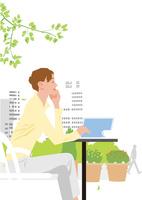 オフィス街のオープンカフェでお茶するキャリアウーマン
