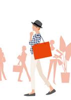 ショッピングモールで服を選びショッピングする女性