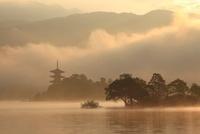 バーチャル古都 朝霧の湖と五重塔