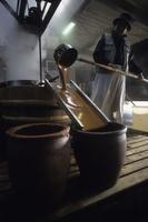 和三盆糖作り 砂糖黍のしぼり汁を煮詰めた白下糖