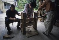 楔締め搾り器であけび油を搾る人たち