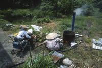 干しワラビ作りの作業をする人たち