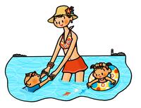 海水浴を楽しむお母さんと子供たち