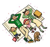 ピクニックシートの上で寝ころぶ家族