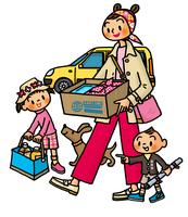 車からピクニック用品を運び出すお母さんと子供たち