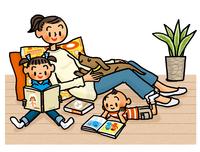 本を読む子供たちとクッションにもたれて見守るお母さん