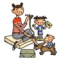 贈り物を梱包する途中のお母さんと子供たち 02551000142| 写真素材・ストックフォト・画像・イラスト素材|アマナイメージズ