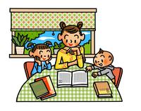 テーブルに座って読書を楽しむ親子 02551000144| 写真素材・ストックフォト・画像・イラスト素材|アマナイメージズ