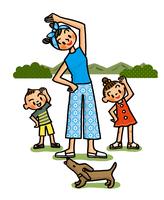 緑に囲まれてラジオ体操をする親子 02551000153| 写真素材・ストックフォト・画像・イラスト素材|アマナイメージズ
