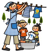 洗濯物を干すお母さんと手伝う子供たち 02551000157| 写真素材・ストックフォト・画像・イラスト素材|アマナイメージズ