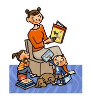 お兄ちゃんに読んで欲しい本をリクエストされたお母さん 02551000159| 写真素材・ストックフォト・画像・イラスト素材|アマナイメージズ