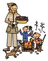 かまどに火をつけ焼き芋づくりを行う親子 02551000160| 写真素材・ストックフォト・画像・イラスト素材|アマナイメージズ