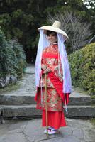 大門坂前で記念撮影する平安衣装をまとった女性