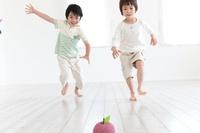 リンゴのクラフトに向かって走る2人の男の子