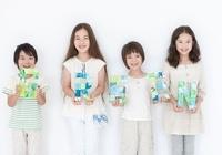 GREENと描かれたクラフトを持つ男の子と女の子