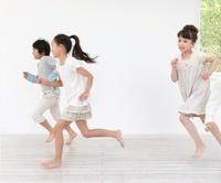 走っている男の子と女の子