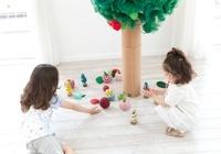 手作りのおもちゃで遊ぶ2人の女の子