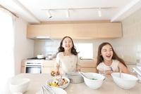 キッチンで笑う2人の女の子