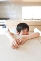 キッチン台に顔を出す男の子