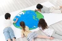 地球の絵を描く男の子2人と女の子2人