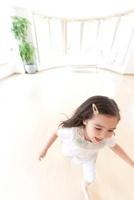 部屋の中で走る女の子