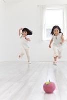 リンゴのクラフトに向かって走る女の子2人