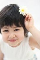 花飾りを頭につけた女の子のアップ