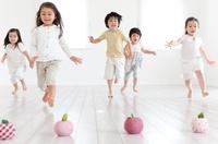 リンゴのクラフトに向かって走る男の子と女の子