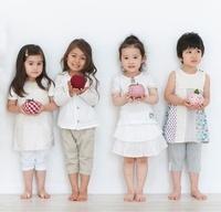 リンゴのクラフトを持つ4人の女の子