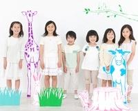 動物や植物と一緒に並び立つ男の子と女の子