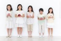 リンゴのクラフトを持つ男の子と女の子